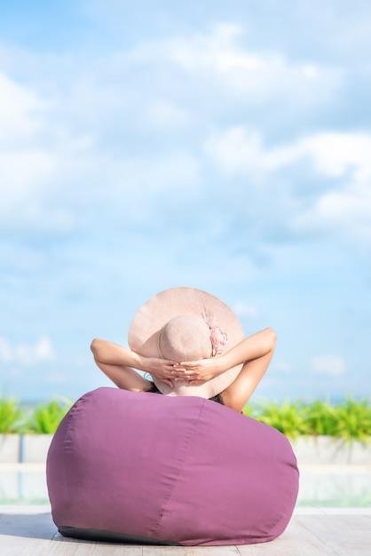 Mulher, relaxante, piscina, em, verão, dia Foto Premium