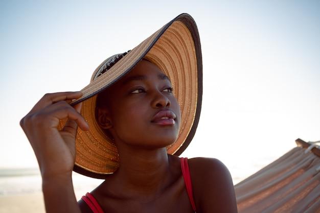 Mulher, relaxante, rede, praia Foto gratuita