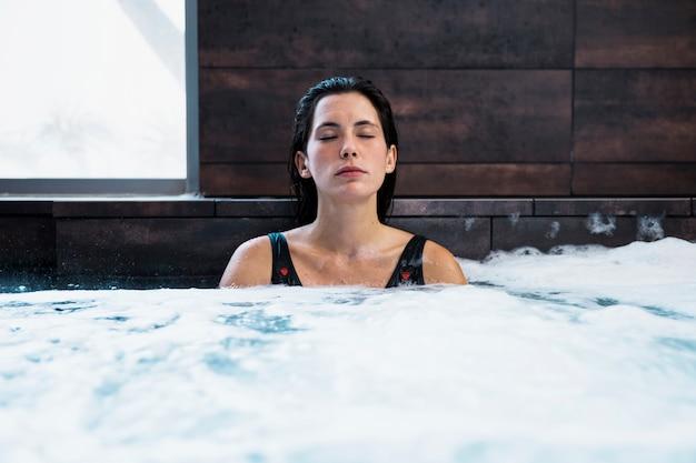 Mulher, relaxante, whirlpool Foto gratuita