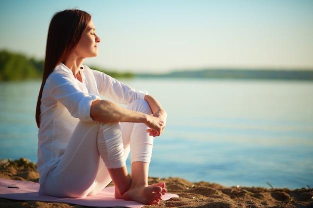 Mulher relaxed que aprecia o mar Foto gratuita