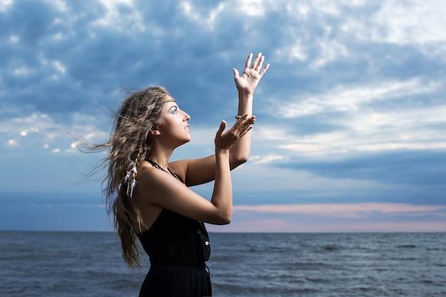 Mulher rezando para o céu Foto gratuita