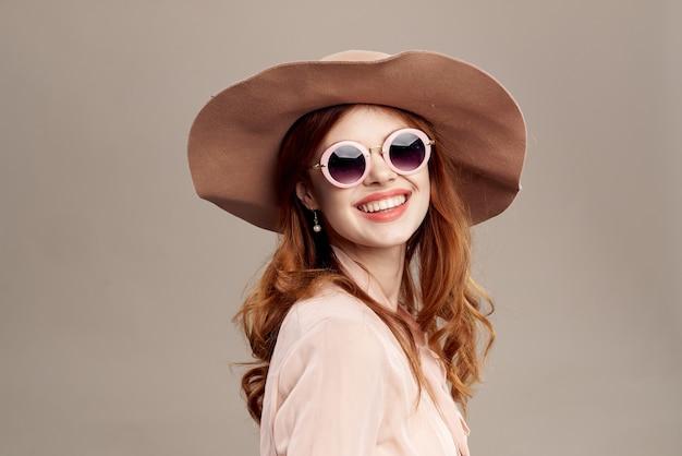 Mulher ruiva com chapéu e óculos escuros Foto Premium