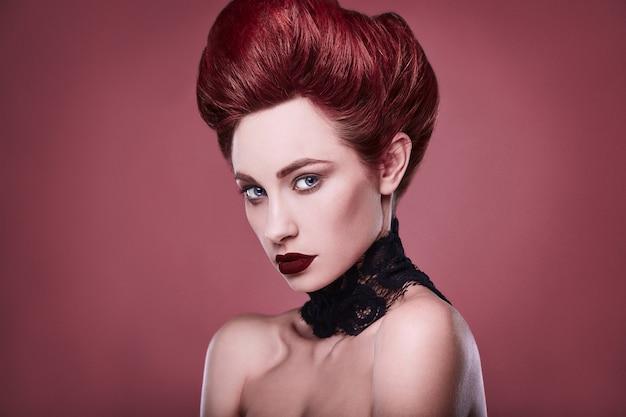 Mulher ruiva elegante beleza com penteado e usando colar de jóias Foto Premium
