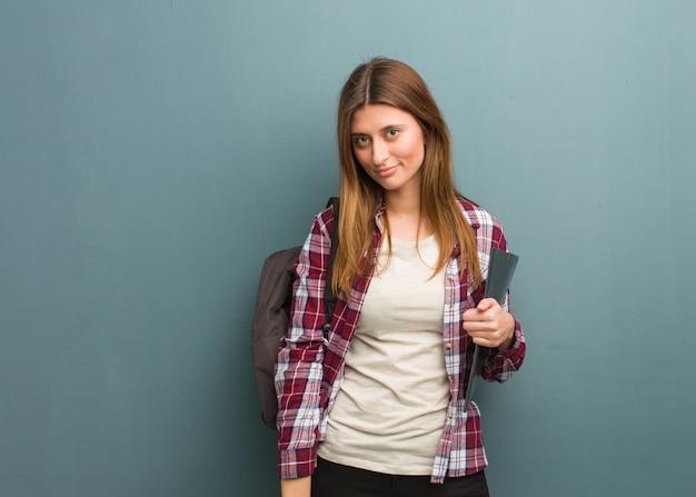 Mulher russa jovem estudante olhando para a frente Foto Premium