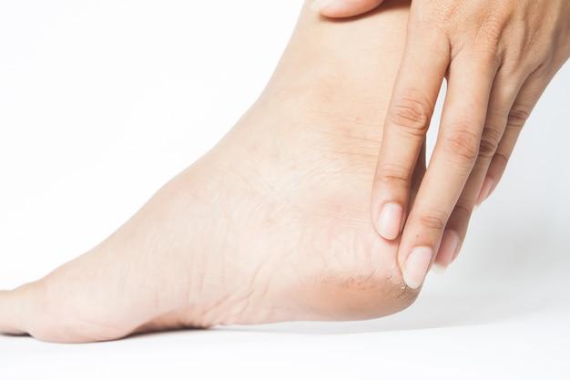 Mulher salpicada de saltos com fundo branco, conceito saudável do pé Foto gratuita