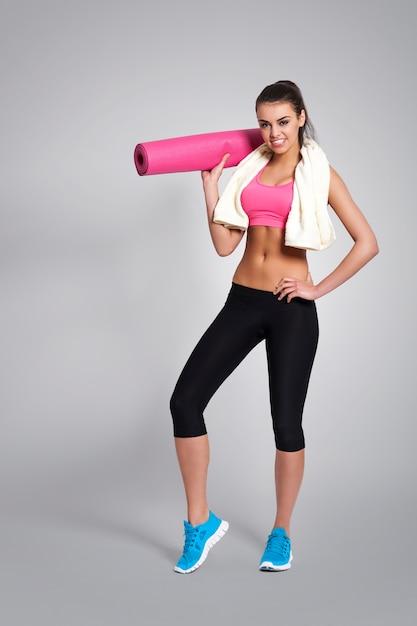 Mulher satisfeita após treino intenso Foto gratuita