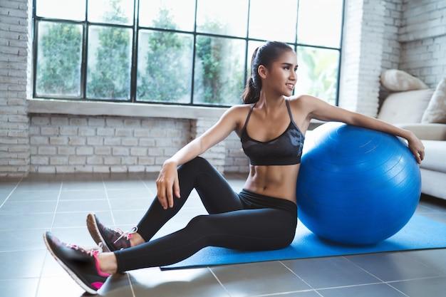 Mulher saudável ela se exercita em casa Foto Premium