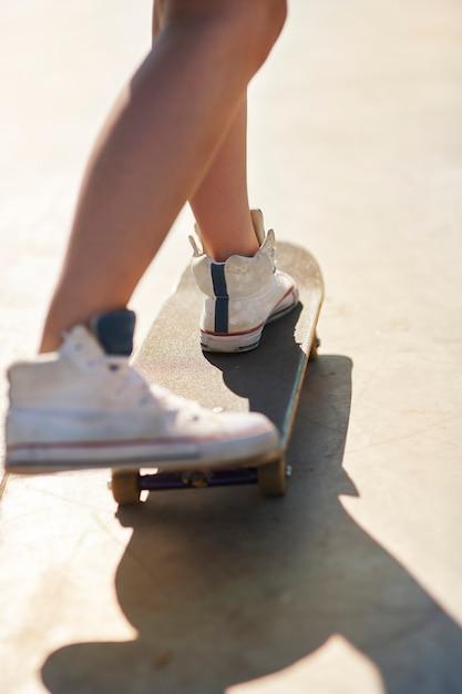 Mulher se divertindo no skate Foto gratuita