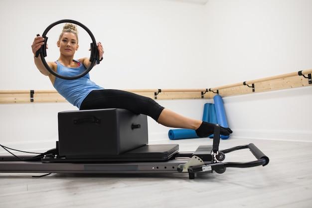 Mulher se exercitando com anel de pilates Foto gratuita