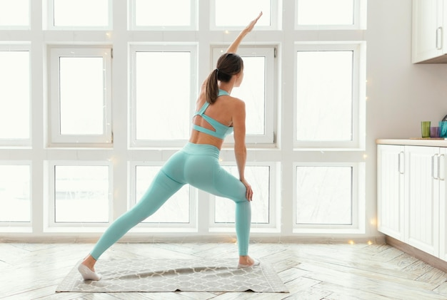 Mulher se exercitando no tapete Foto gratuita