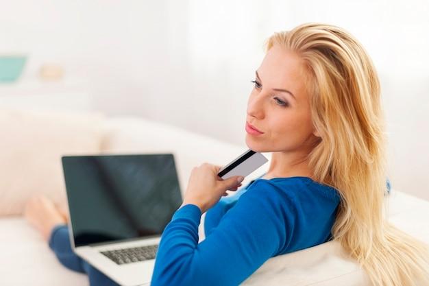 Mulher se perguntando sobre compras online Foto gratuita
