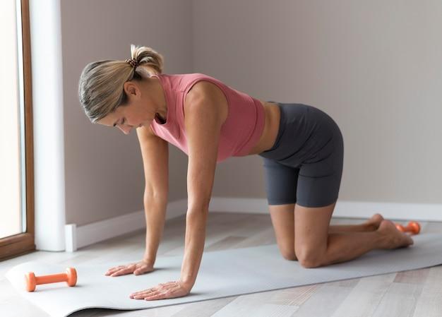 Mulher se preparando para um treino de fitness Foto Premium