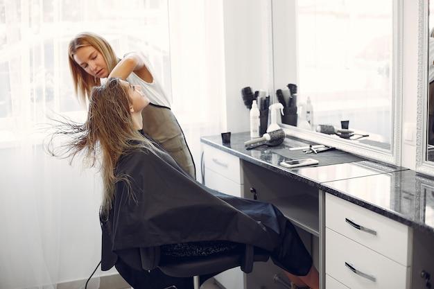 Mulher, secar cabelo, em, um, hairsalon Foto gratuita