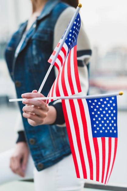 Mulher segura, bandeiras americanas, ligado, dia independência Foto gratuita
