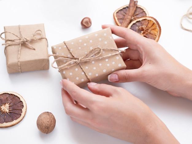 Mulher segura, decorado, caixa presente Foto gratuita
