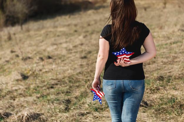 Mulher segura, estrela, com, emblema, de, bandeira americana Foto gratuita
