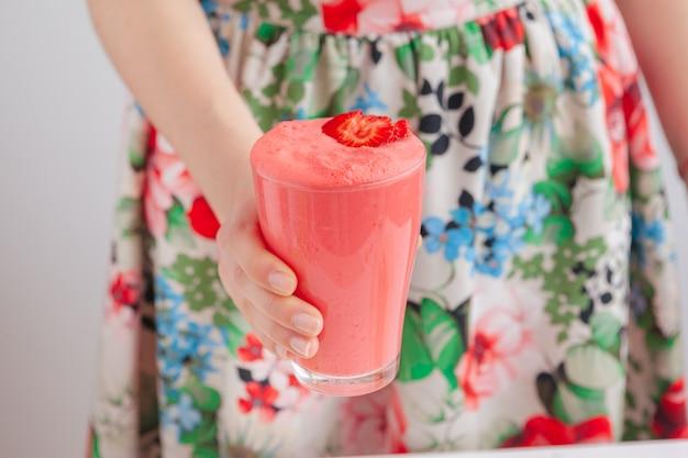Mulher segura, garrafa, com, gostosa, smoothie Foto Premium