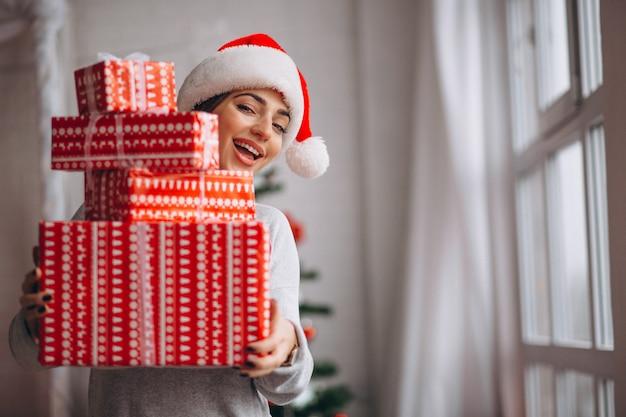 Mulher segura, grande, caixas natal Foto gratuita