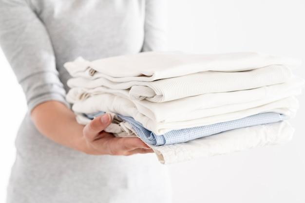 Mulher segura, limpo, pilha roupa Foto gratuita