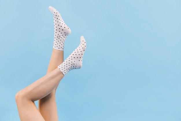Mulher segura, pernas, com, meias Foto Premium