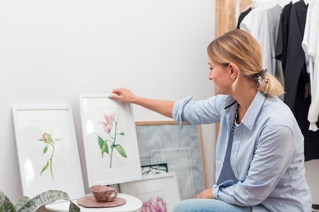 Mulher segura, pintura flor Foto gratuita