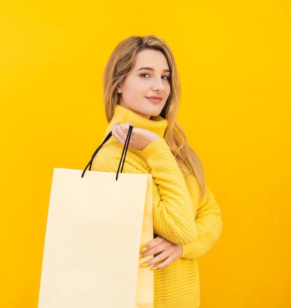 Mulher segura, sacola compras Foto Premium