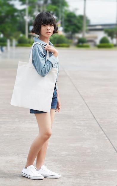 Mulher segura, tecido branco, saco, em, parque Foto Premium