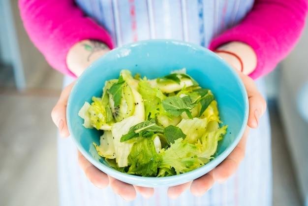 Mulher segura, tigela, com, salada Foto Premium