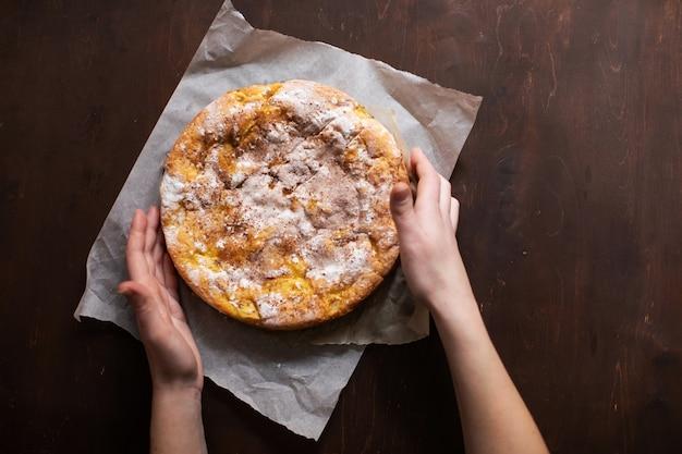 Mulher segura torta fresca com maçãs e canela Foto Premium