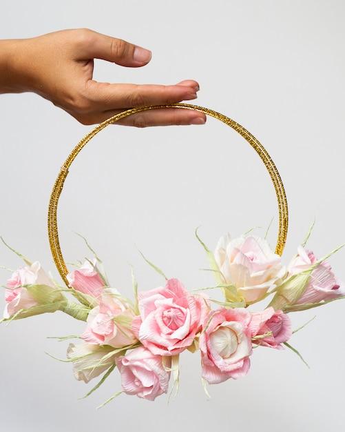 Mulher segura, um, floral, armação, branco, fundo Foto gratuita