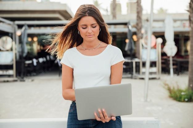 Mulher segura, um, laptop, olhando baixo Foto gratuita