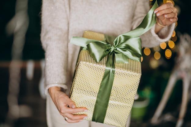 Mulher segura, um, presente natal, caixa, cima Foto gratuita