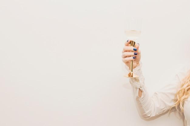 Mulher segura, vidro champanhe Foto gratuita