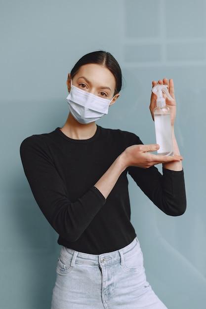 Mulher segurando anti-séptico nas mãos Foto gratuita