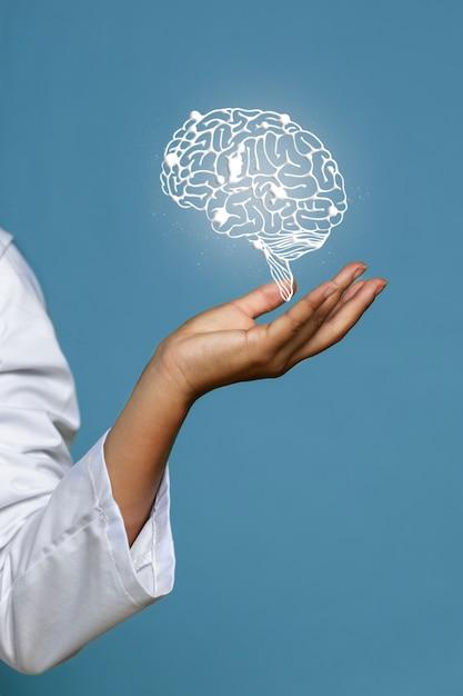 Mulher, segurando, brilhante, cérebro, holograma Foto gratuita