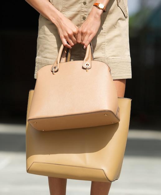 Mulher, segurando, dois, marrom, couro, bolsas Foto Premium