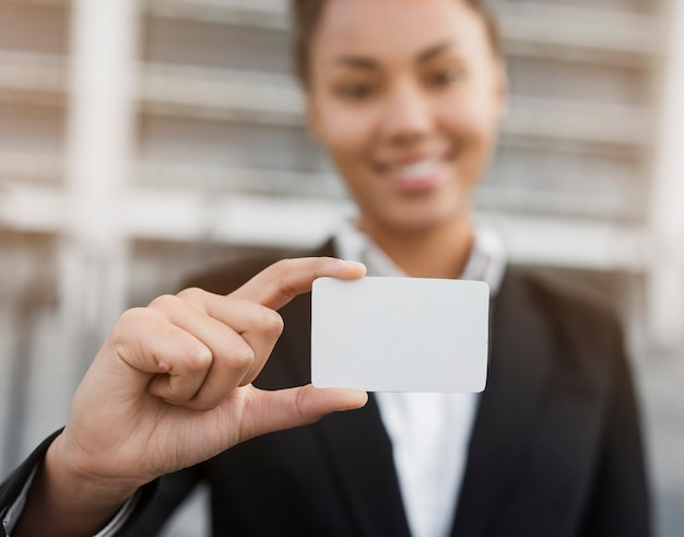 Mulher segurando modelo de cartão de visita Foto gratuita