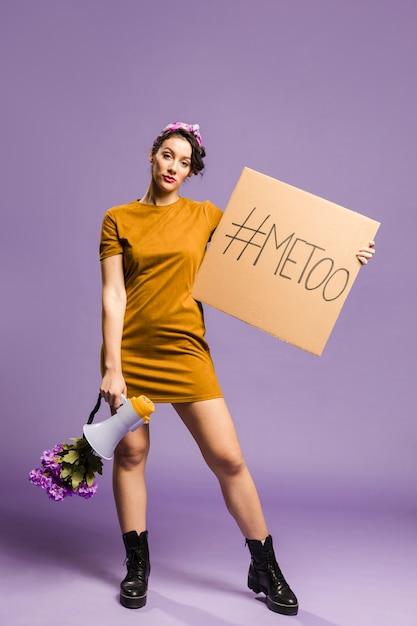 Mulher segurando o megafone e papelão vista frontal Foto gratuita