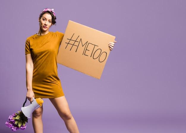 Mulher segurando o megafone e papelão Foto gratuita