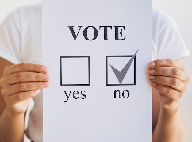 Mulher, segurando, referendo, cédula Foto gratuita
