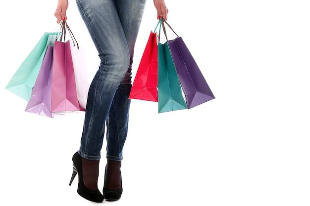 Mulher segurando sacolas de compras Foto gratuita