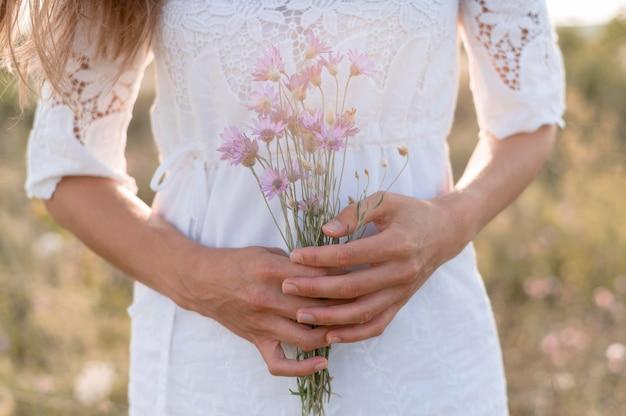 Mulher segurando um buquê de flores Foto gratuita