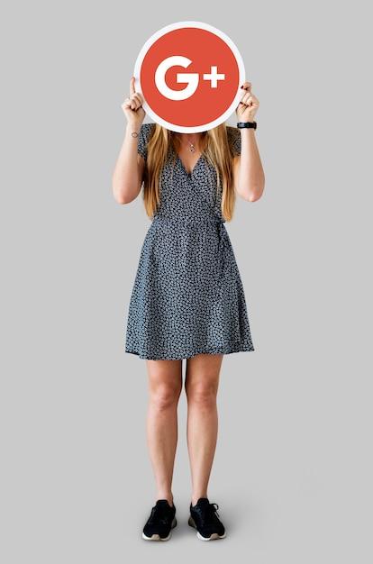 Mulher segurando um ícone do google plus Foto gratuita