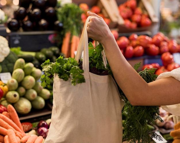 Mulher segurando um saco de vegetais Foto Premium
