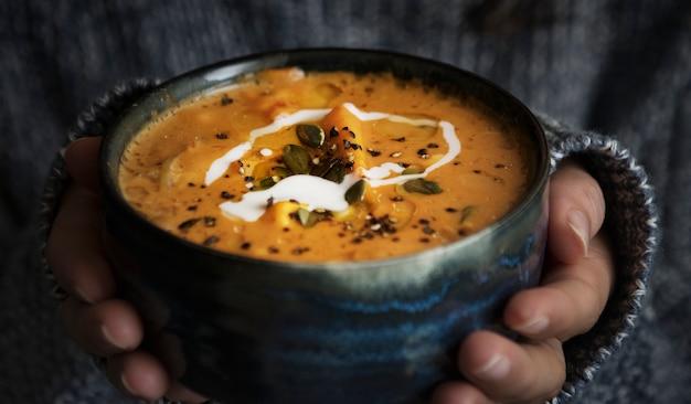 Mulher, segurando, um, tigela, sopa, alimento, fotografia, receita, idéia Foto gratuita
