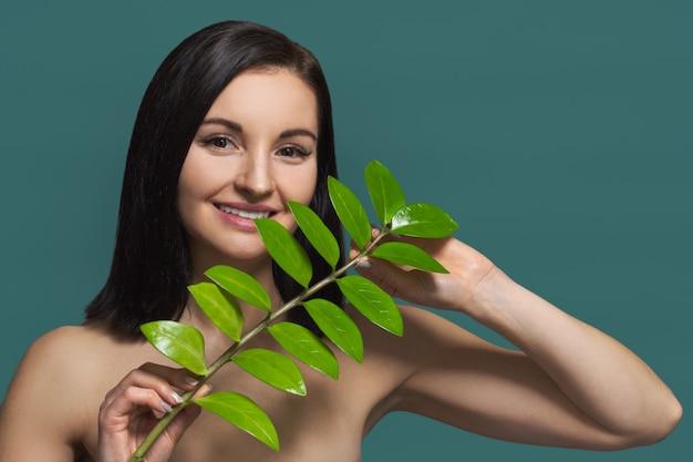 Mulher sem maquiagem com folha verde e beleza natural Foto Premium