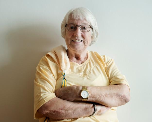 Mulher sênior, braços, cruzado, e, sorrindo Foto Premium