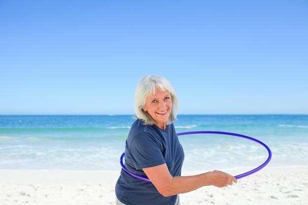 Mulher sênior brincando com seu aro Foto Premium