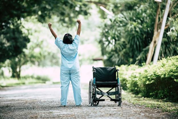 Mulher sênior de fisioterapia com cadeira de rodas no parque Foto gratuita