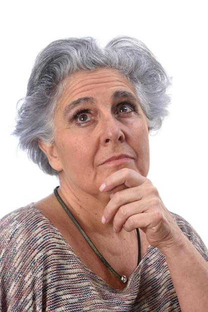 Mulher sênior pensativa em branco Foto Premium